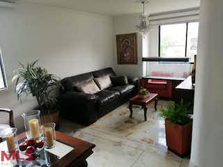 Una sala de estar llena de muebles y una planta en maceta en Cynthia