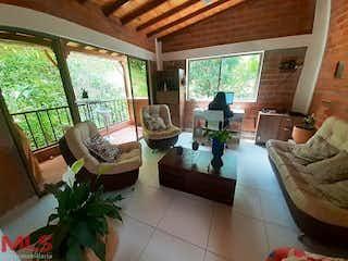 Una sala de estar llena de muebles y una gran ventana en