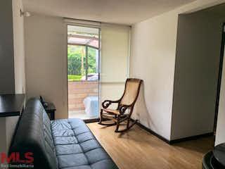 Una sala de estar con un sofá-silla y una mesa de café en Colina de los Bernal