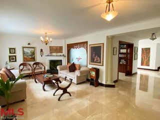 Una sala de estar llena de muebles y una mesa en Los Pomares