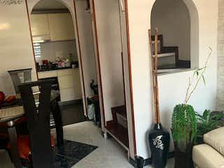 Una habitación muy bonita con un gran espejo en Casa En Venta En Bogota Mirandela