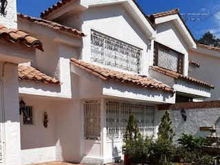 Un gran edificio de ladrillo con un reloj en él en Casa En Venta En Bogota Cedro Salazar