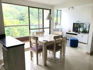 Una sala de estar llena de muebles y una televisión de pantalla plana en Venta de Apartamento en Calle Larga  Sabaneta