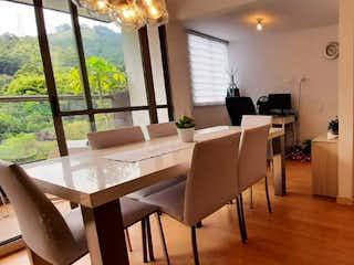 Una sala de estar llena de muebles y una mesa en Se Vende Apartamento en Sabaneta, Antioquia