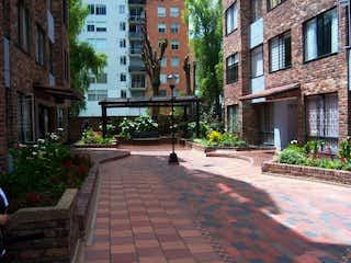 Una persona caminando por una calle de ladrillos en Apartamento en venta en Santa Teresa, 63m²