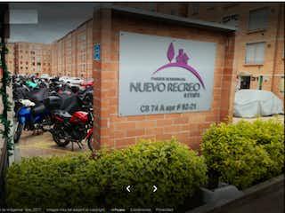 Una motocicleta estacionada delante de un edificio en Vendemos en Parque Residencial Nuevo Recreo Etapa II - Bosa
