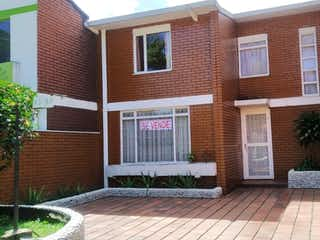 Un edificio de ladrillo con un edificio de ladrillo rojo en Casa en venta en Pablo Vi con acceso a Jardín