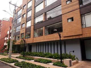 Un gran edificio de ladrillo con una gran ventana en Apartamento En Venta En Bogota Santa Barbara