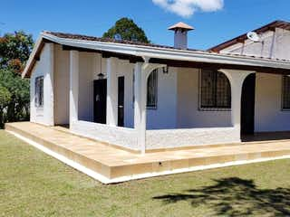 Una casa que tiene un gran ventanal en ella en Venta de Finca Vereda Chagualo, Marinilla