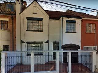 Un edificio con un reloj en el costado en Se vende Casa - Chapinero