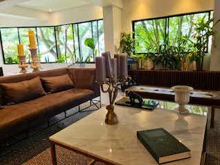Una sala de estar llena de muebles y una gran ventana en Apartamento remodelado en San lucas