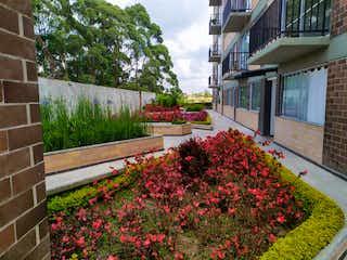 Un jardín de flores delante de una casa en Venta apartamento nuevo en Marinilla