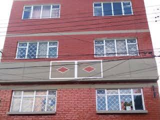 Un edificio de ladrillo rojo con una puerta roja en Casa en venta en San Diego de 10 habitaciones