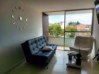 Una sala de estar llena de muebles y una gran ventana en Apartamento en venta en tercer piso en La Ceja