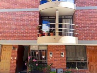 Un edificio que tiene una gran ventana en él en Casa En Venta En Chia Delicias Del Sur
