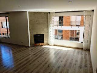 Una sala de estar con una chimenea en ella en VENDO APTO EN BELLA SUIZA - REMODELADO - 141 M2.