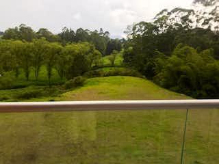 Una vista de un río con un plano en el fondo en Venta de apartamento en Rionegro
