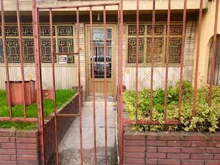 Un edificio que tiene una cerca en él en Casa En Venta En Bogota Santa Isabel Occidental