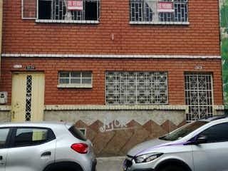 Un coche estacionado delante de un edificio de ladrillos en Casa en venta en San Carlos de 7 alcobas