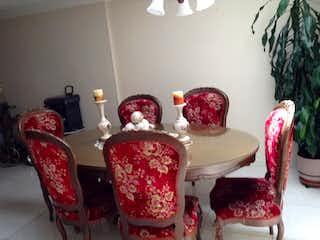 Un par de sillas sentadas en una habitación en Casa En Venta En Bogota Colpatria Santa Helena