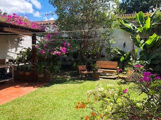 Un arreglo floral en un jardín en un jardín en Casa en venta en Rosales de 340m²