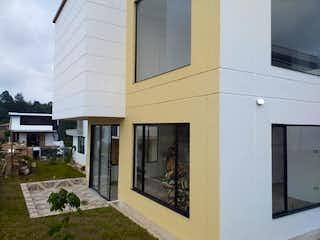 Un edificio blanco con un reloj en el costado en Casa en Venta EL PORVENIR
