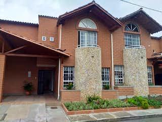 Un gran edificio de ladrillo con un reloj en él en Casa en Venta EL PORVENIR