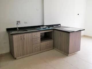 Un cuarto de baño con lavabo y bañera en Apartamento en venta en Niquía, de 54mtrs2