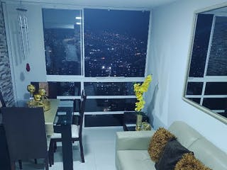 Una sala de estar llena de muebles y una ventana en Apartamento en venta en María Auxiliadora, de 52mtrs2