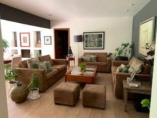 Una sala de estar llena de muebles y una televisión de pantalla plana en Casa Venta Lomas de Vista Hermosa, Loma Linda, RCV492526