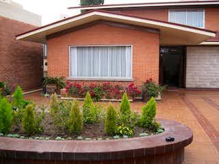 Un edificio de ladrillo rojo con una planta en maceta en CASA EN VENTA EN LOMAS DE VISTA HERMOSA, CUAJIMALPA