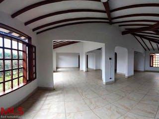 Una vista de una habitación con un gran ventanal en San Nicolas de Llanogrande