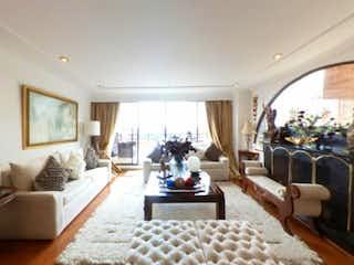Una sala de estar llena de muebles y una lámpara de araña en Apartamento en venta en Bosque De Pinos de 4 habitaciones