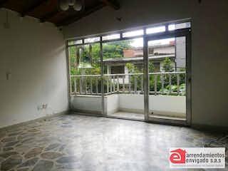 Una vista de una habitación con un gran ventanal en