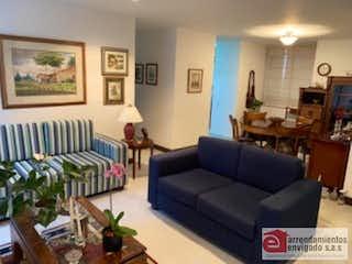 Una sala de estar llena de muebles y una mesa en SONATA