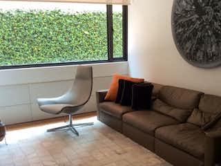 Una sala de estar llena de muebles y una gran ventana en Edificio Summun