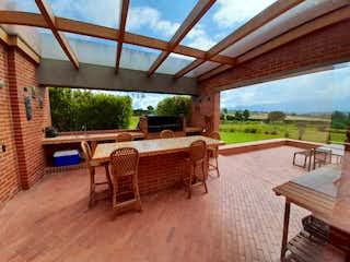 Un banco de madera sentado en la parte superior del suelo de madera en VENTA APARTAMENTO 190 m2 ,3H,5B,2GJ Bosque Medina