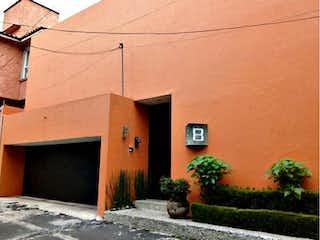 Un edificio de ladrillo con un edificio de ladrillo rojo en Casa en Venta en San Jeronimo Lidice La Magdalena Contreras