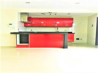 Un horno de microondas rojo sentado en la parte superior de un mostrador en Casa en venta en Del Valle de 2 hab.