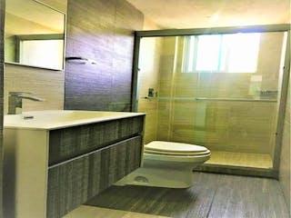 Un cuarto de baño con lavabo y ducha en Casa en venta en Del Valle 100m²