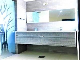 Un cuarto de baño con lavabo y un espejo en Casa en venta en Del Valle 100m²