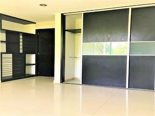 Un cuarto de baño con una puerta de ducha de cristal en Casa en venta en Del Valle de 100m²
