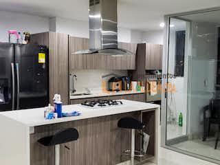 Una cocina con nevera y fregadero en