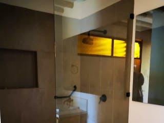 Un cuarto de baño con un inodoro y una ducha en Casa en venta en Aguas Claras de 3 habitaciones