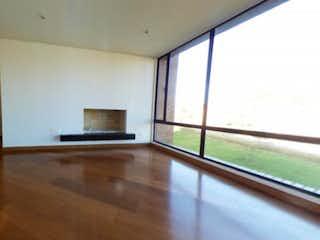 Una sala de estar llena de muebles y pisos de madera dura en Apartamento en venta en Casa Blanca Suba con Gimnasio...