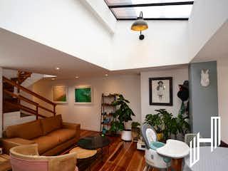Una sala de estar llena de muebles y una planta en maceta en VENTA APARTAMENTO CON TERRAZA EN CHAPINERO ALTO