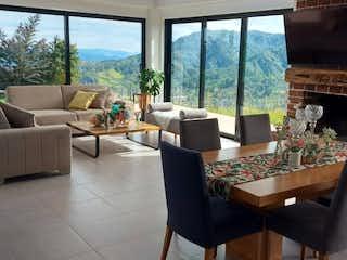 Una sala de estar llena de muebles y una gran ventana en Casa en venta en Carrizales, de 2560mtrs2