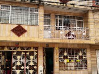 Un edificio que tiene un montón de pájaros en él en Casa en venta en San Rafael con Balcón...