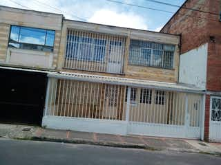 Un cartel de calle en una calle de la ciudad en Casa en venta en Carlos Lleras de 4 habitaciones