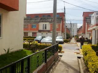 Una calle de la ciudad con un edificio y una calle en Casa en venta en Casco Urbano Funza de 36m²